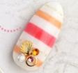 イエロー、レッドの2色ボーダー柄に、貝殻のシールなどを飾り、夏におすすめのデザイン