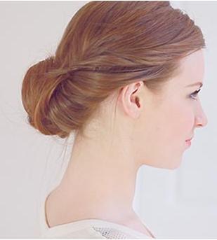 海外定番な「ギブソンタック」の髪型で、シンプルにまとめよう