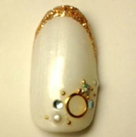 ホワイトの単色に、指先がゴールドのライン。さらに宝石のようなラインストーンを飾り、エレガントな指先に