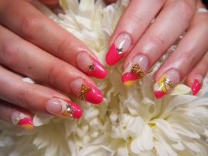 イエロー、ピンク、ホワイト、ゴールドのラメなど派手な色を使ってゴージャスな演出