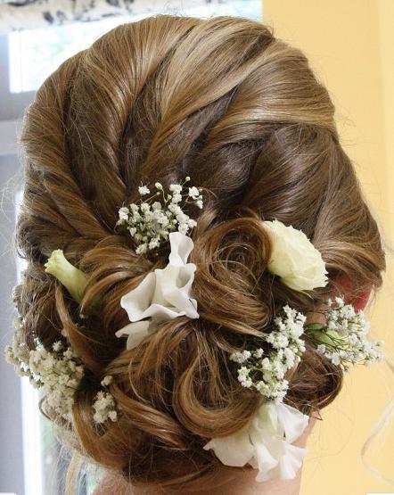 お花を編み込むねじり編み込みヘアスタイル