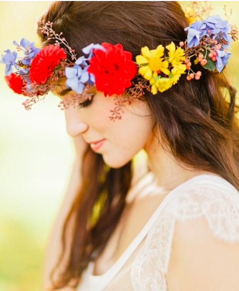 鮮やかな色の花を使った花冠がステキ
