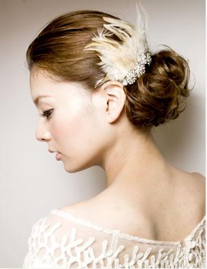 フェザーのヘアアクセサリーでオシャレな印象の髪型