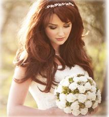 カチューシャの形をした花飾りが可愛らしく