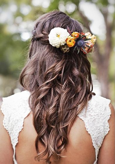 三つ編みにお花で留めるスタイル