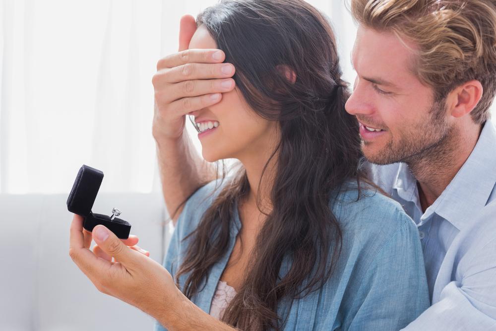 サプライズプロポーズを成功させる婚約指輪を渡し方は?