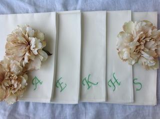 テーブルナプキンにゲストの名前の刺繍