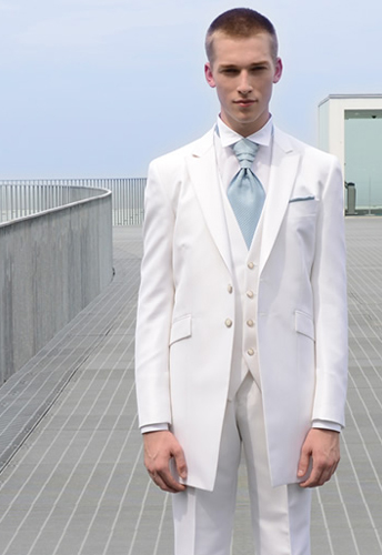 花嫁「も」必見!結婚式での新郎のタキシードを選ぶ際に知って