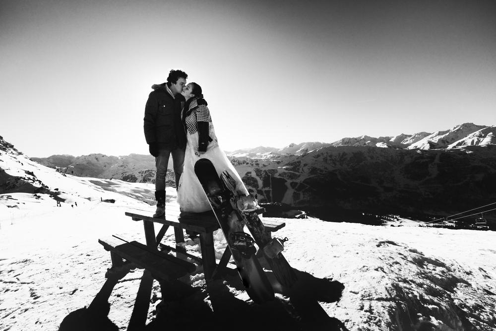 2人の趣味であるスノーボード後の風景をモノクロームで