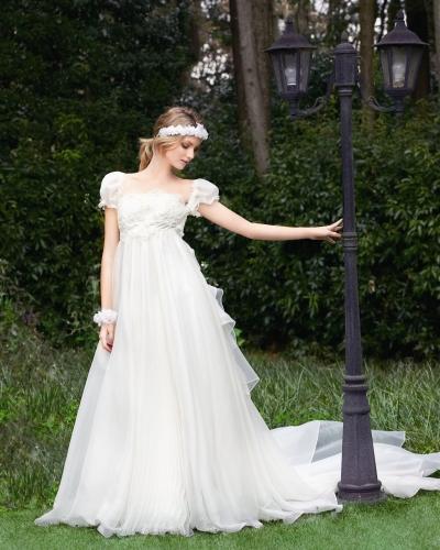 半袖のパフスリーブドレス
