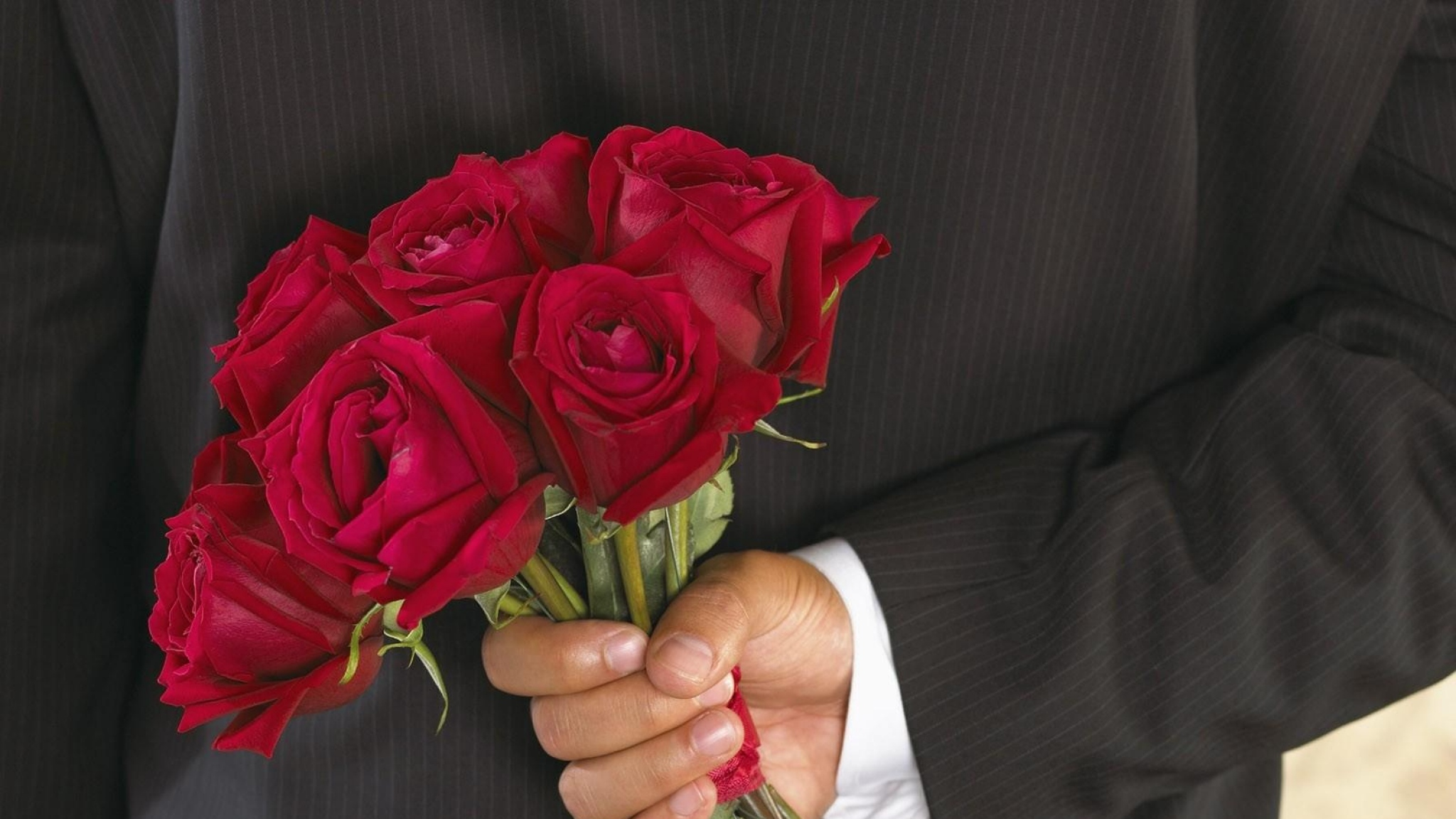 roses_flowers_bouquet_man_hand_surprise_41032_2048x1152-2
