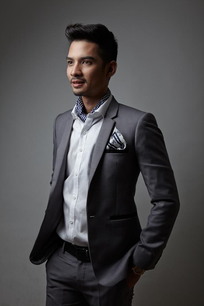 グレースーツ+ホワイトシャツ+アスコットタイ+ポケットチーフ