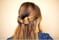 髪の毛でリボンを作り、個性的なヘアアレンジ
