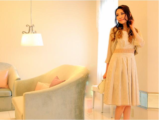 控えめのドット柄のドレスは大人の女性の可愛さを引き出してくれる