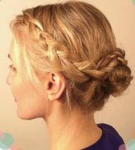 後ろの髪を団子にした上で前髪を編み込んでアップスタイルに