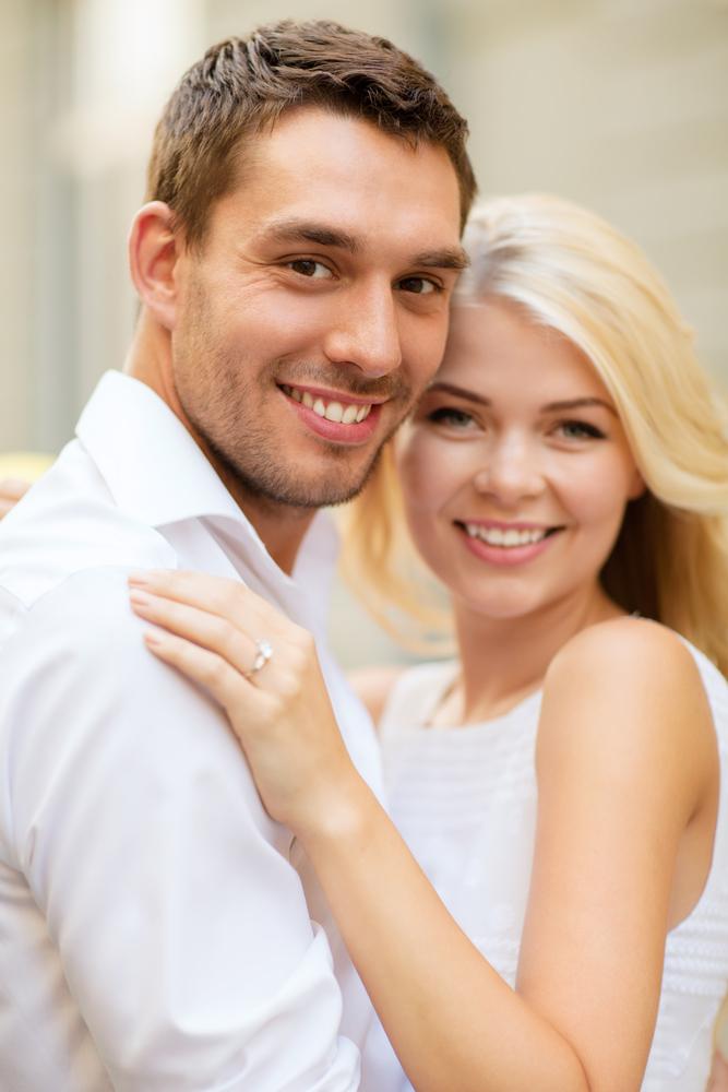 婚約指輪をもらったらいつからつける?
