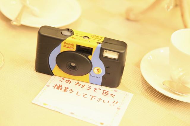 テーブルの上にインスタントカメラ