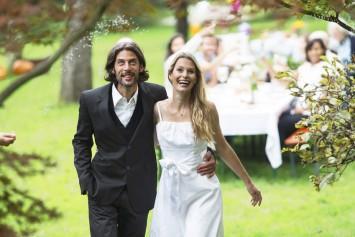 Braut und Brutigam auf einer Gartenparty