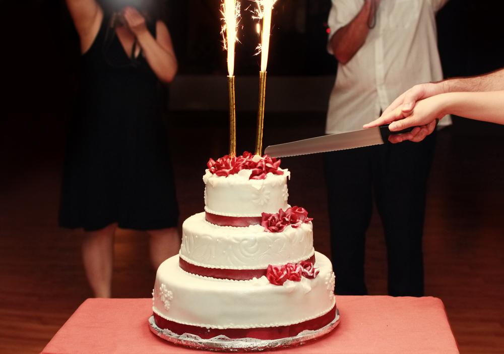 両家の両親と一緒にケーキ入刀