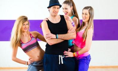 Mann beim Posen mit Frauen in Tanzschule
