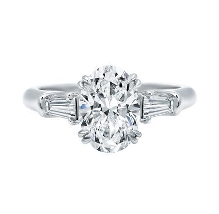 Classic Winston™, Oval Diamond Engagement Ring (オーバル・クラシック・リング)