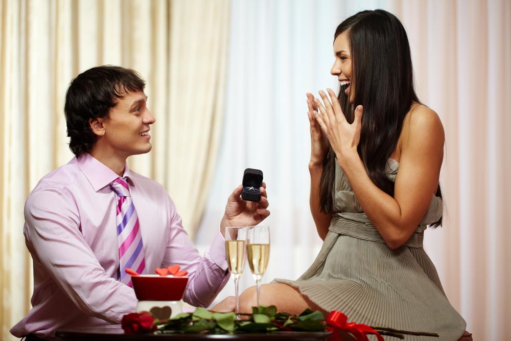 婚約指輪は必要?どのくらいの割合のカップルが婚約指輪を贈っている?