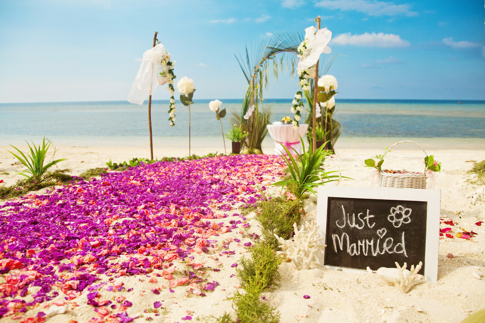 インターネットや結婚情報誌から会場を探す(もしくはバリ島ウェディングのブライダルプロデュース会社を探す)
