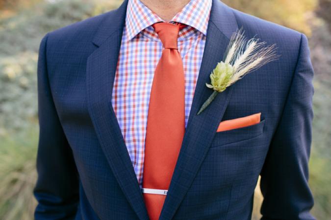 最近では許容範囲が広がっていますが、フォーマルな結婚式では派手色やチェックなどの柄シャツは避けたほうが無難です。二次会などカジュアルなパーティーのみ参加の