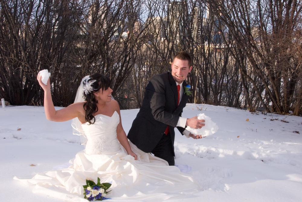 2人が雪の中で楽しむ姿を