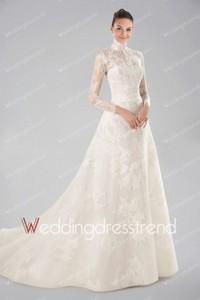 きちんと感を出したい人におすすめ!ネックラインまで美しいウェディングドレス