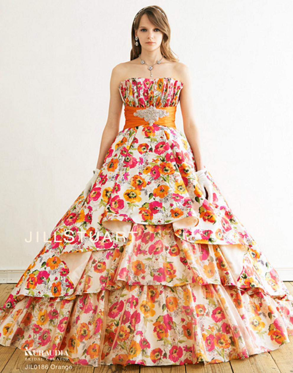 モダンでクラシカルな印象の明るい花柄ドレス