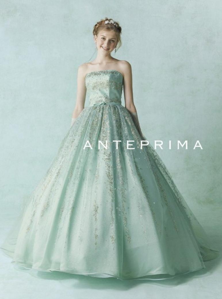 光沢のある生地がゴージャス感を高めるグリーンのドレス
