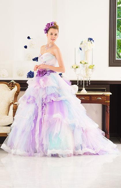 注目度抜群!多色使いとふんわりチュールのドレス