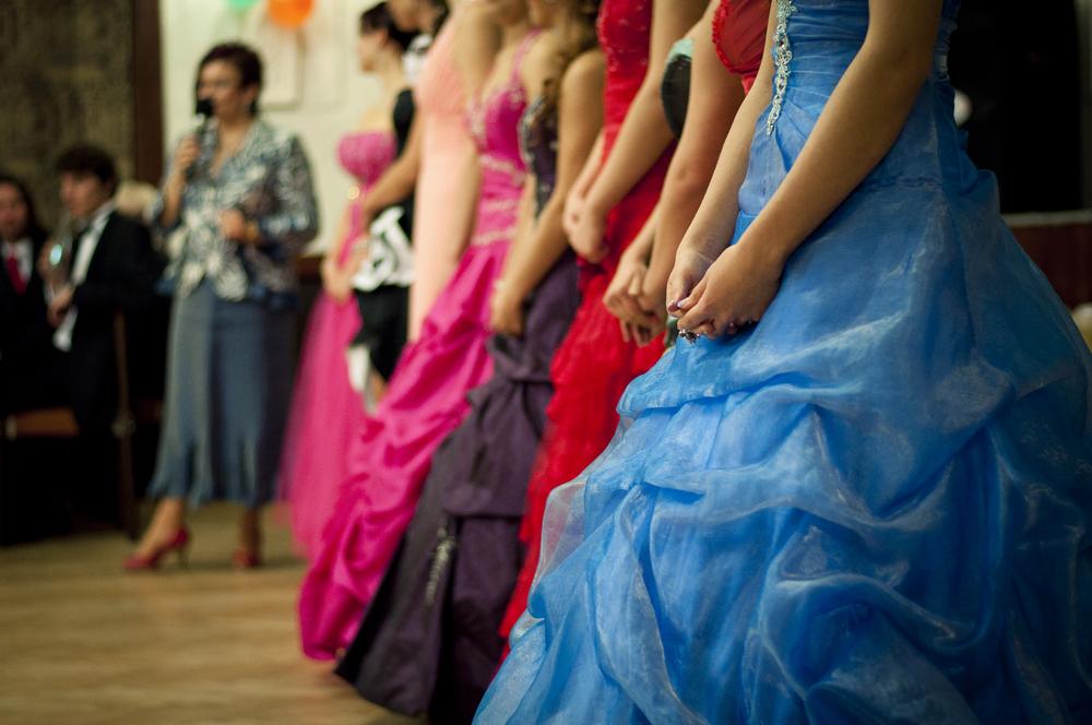 結婚披露宴では、多くの新婦がウェディングドレスからカラードレス(カクテルドレス)にお色直しをします。