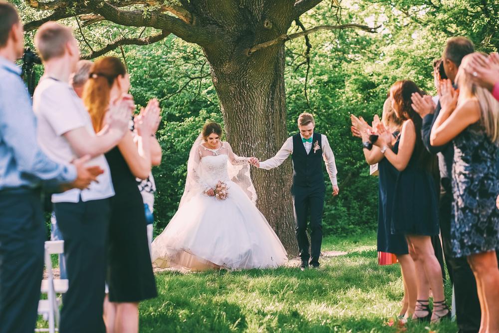 お呼ばれ結婚式の服装について