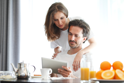 Couple-looking-at-ipad