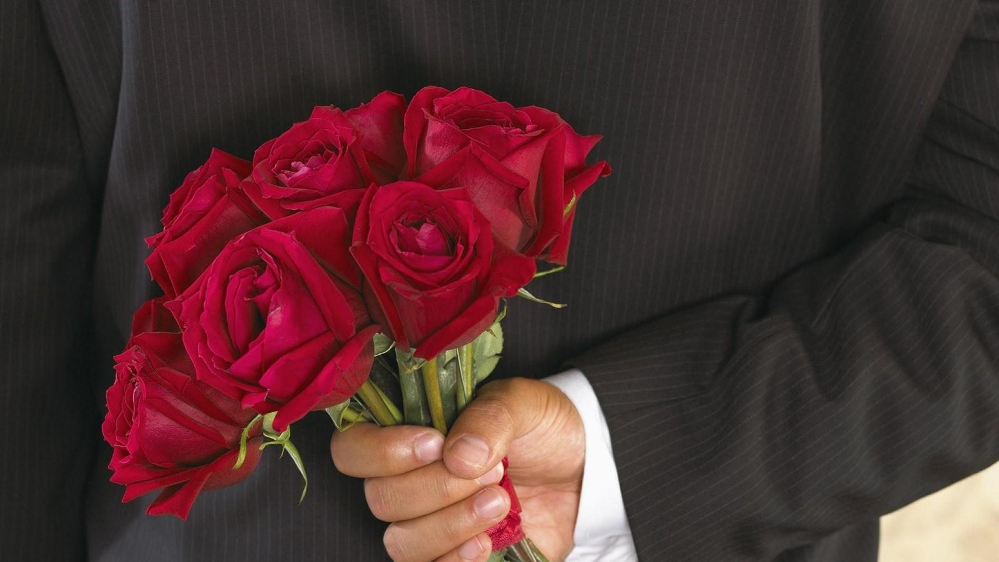 roses_flowers_bouquet_man_hand_surprise_41032_2048x1152-2