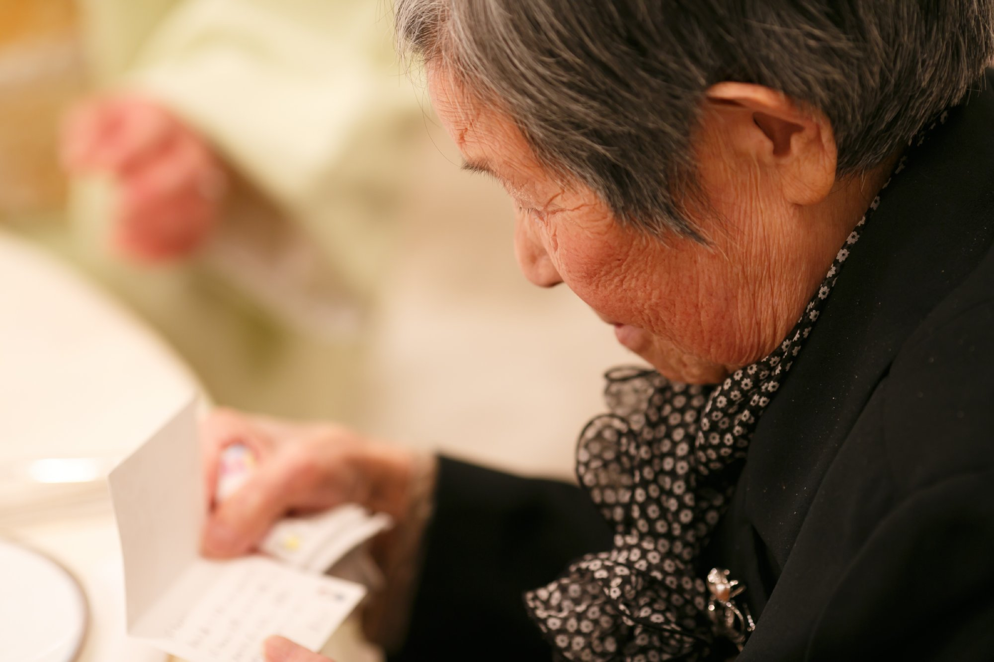 新婦のおばあ様が席札に書いたメッセージを読んでくださっているところ