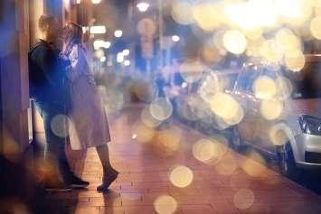 屋外でキスする男女