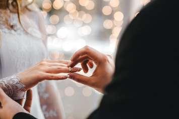 指輪をはめる男女