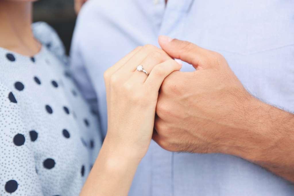 指輪 男女の手