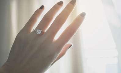 指輪 手を光にかざす