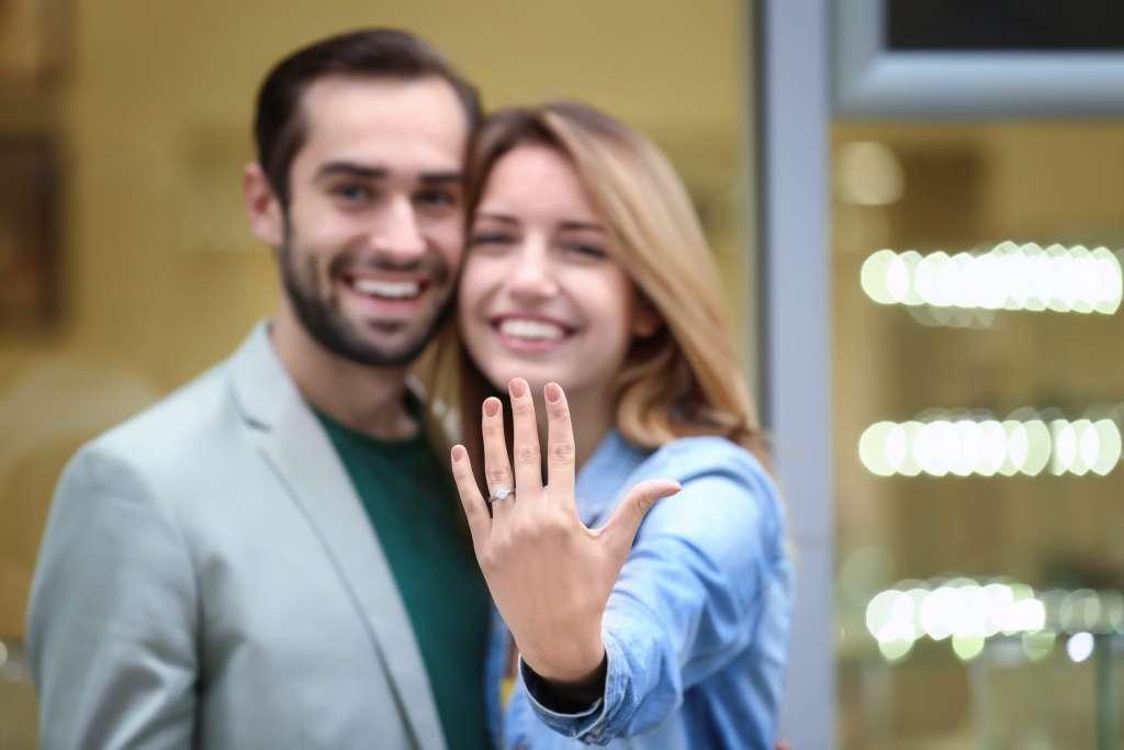指輪 笑顔のカップル