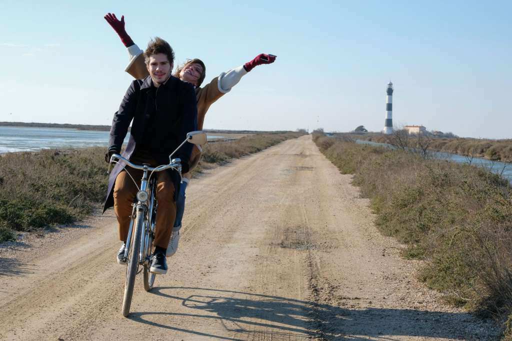 カップルの2人が自転車に乗って楽しんでいる写真