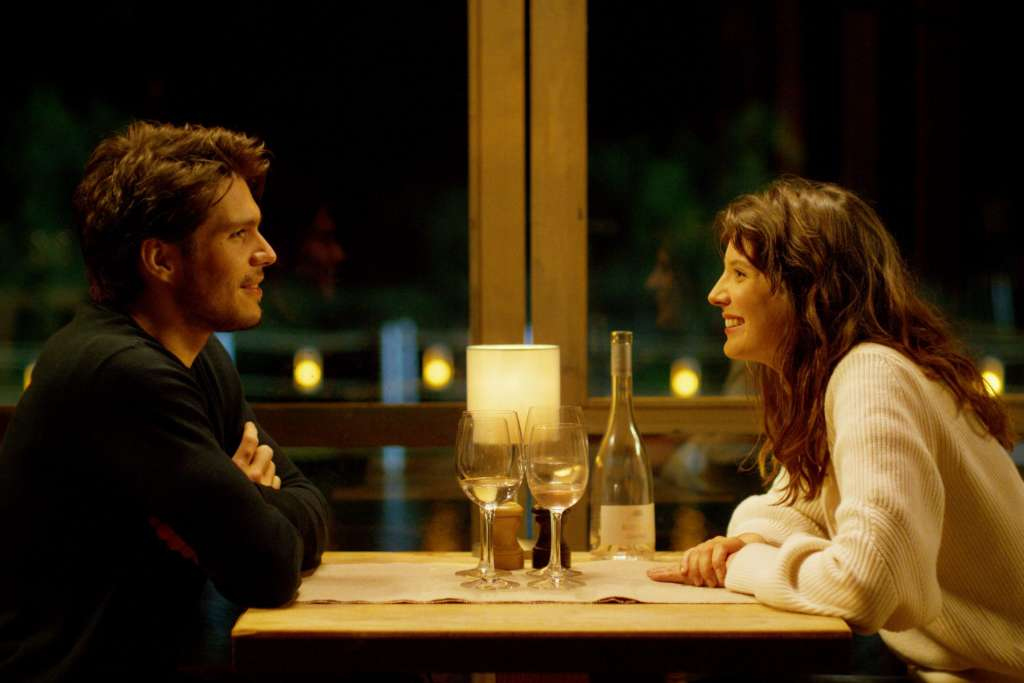 カップルがレストランで見つめ合っている写真