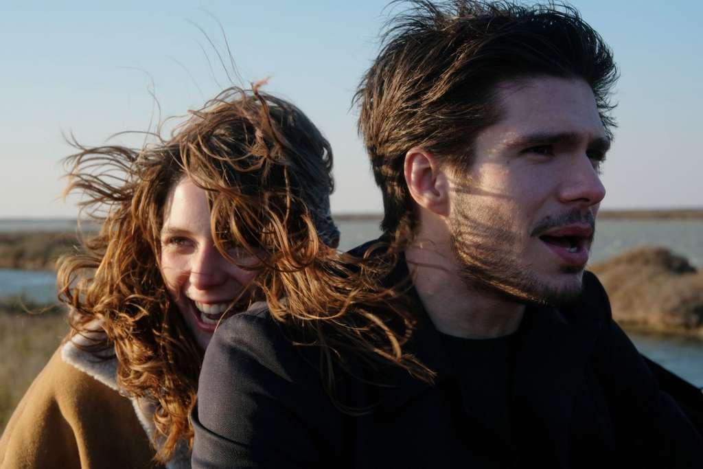 2人が風になびかれている写真