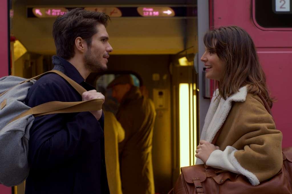 バスの前で2人が見つめ合っている写真