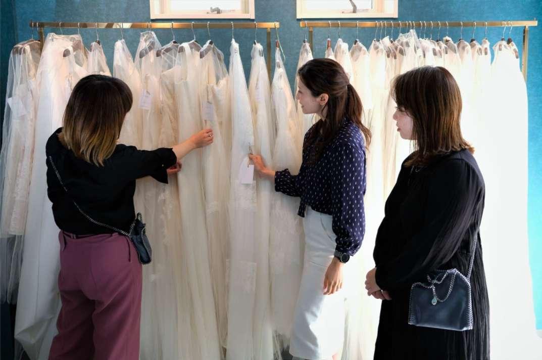 矢野さん、瀬戸さん、ハウツーマリー 編集部がドレスを選んている様子