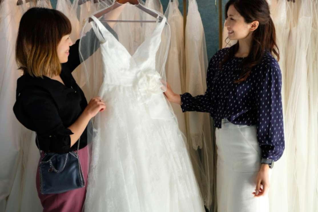 瀬戸さんとハウツーマリー 編集部がドレスを選んでいる様子