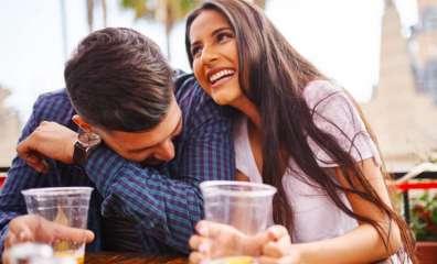 お酒飲んでいるカップルの写真